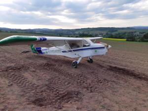 Motor vypověděl službu, na poli se letoun převrátil na střechu. Pilot vyvázl bez zranění