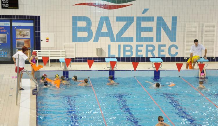 Liberecký bazén vítá po dlouhé pauze první návštěvníky. V Jablonci je zatím zavřeno