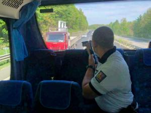 Přestupky odhalovali z policejního autobusu. Nachytali téměř čtyři desítky hříšníků