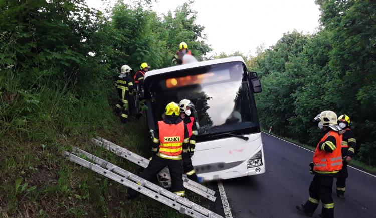 Autobus skončil na boku, uvnitř uvěznil třiadvacet cestujících