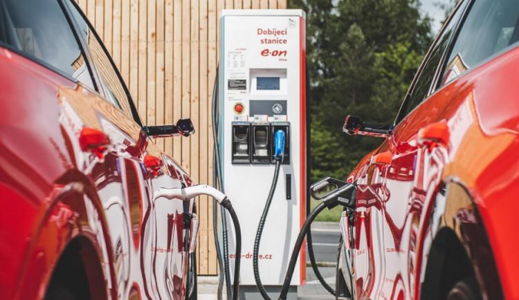Milník pro elektromobilitu v Česku. E.ON a PRE spojily síly, u poloviny tuzemských dobíječek řidiči nabijí na jednu kartu