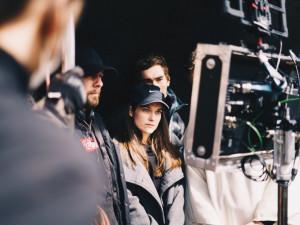 Mladí filmaři z FAMU natáčí snímek s Judit Bárdos. Kvůli koronaviru shání finance na dotočení