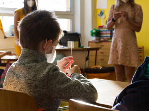 Děti i učitelé v Libereckém kraji mohou odložit roušky. Nařízení platí od úterý