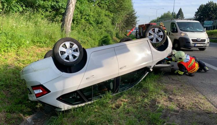 Nákladní auto na průtahu Libercem naráželo zezadu do Fabie, ta se převrátila na střechu