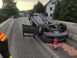 Mladý řidič ve vysoké rychlosti narazil do betonového svodidla. Auto otočil na střechu