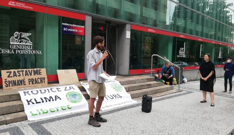 Koalice Zastavme špinavé prachy bojuje proti fosilním palivům. V Liberci protestovala před pojišťovnou