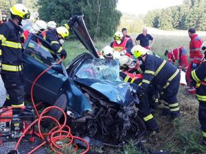 Vážná nehoda u Jablonného. Kamion se čelně střetl s autem, řidič je v kritickém stavu