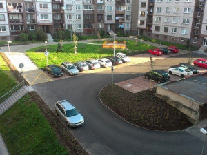 Na sídlištích chybí stovky parkovacích míst. Nový systém neprošel přes vedení města