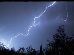 Meteorologové zvýšili stupeň nebezpečí. I dnes v noci hrozí velmi silné bouřky