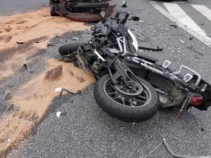 Řidič osobáku nedal u Cvikova přednost motorkáři. Ten na místě zemřel