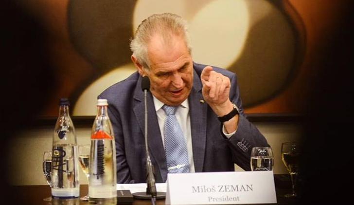 Nenadávejme českému prezidentovi. On se zdiskredituje sám. Úplně