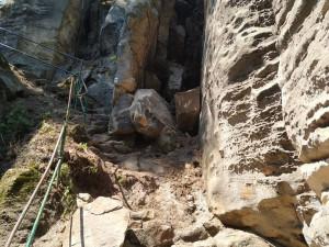 V Prachovských skalách spadla část skály, stezka je uzavřena