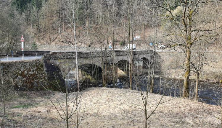 Sto padesát let starý kamenný most přes Jizeru v Poniklé půjde k zemi, nahradí ho betonový