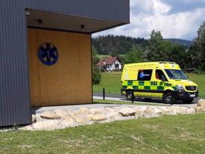 Infekční seniorka v Jilemnici napadla záchranáře. Lékaře kopala, řidiče poškrábala