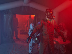 Armádní vrtulník kontaminovala nebezpečná látka. Liberečtí chemici zasahovali v rámci cvičení