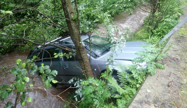 Škodovka se zřítila do potoka, řidiče odvezli záchranáři do nemocnice