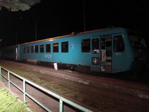 Cestující ve vlaku u Doks ohrozil cementový kvádr na kolejích. Policie hledá pachatele