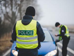Policisté pátrají po černém SUV. Srazilo se s motorkou, řidič ujel