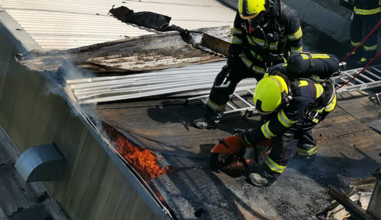 V Turnově hořela střecha textilní továrny Juta, škoda zřejmě přesáhne