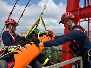Záchrana jeřábníka po kolapsu. Hasiči cvičili čtyřicet metrů nad zemí v centru Liberce