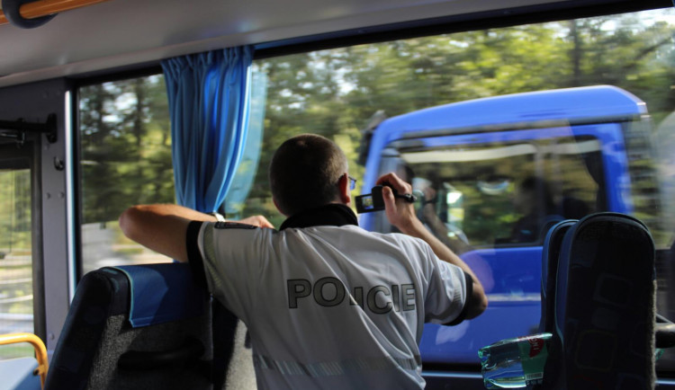 Policisté kontrolovali řidiče ze speciálního autobusu. Odhalili čtyřicet přestupků