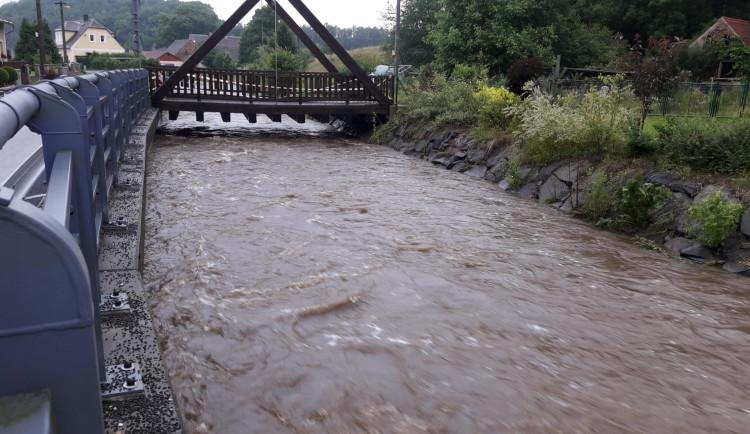 Hasiči monitorují stav vody. Evakuovali jeden tábor a ve Višňové provádí protipovodňová opatření