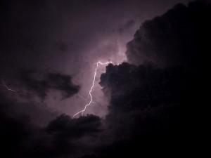 Meteorologové varují před silnými bouřkami. V platnosti je povodňová pohotovost