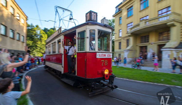 S tramvajemi metrového rozchodu se přišli rozloučit do Jablonce i Liberce tisíce lidí