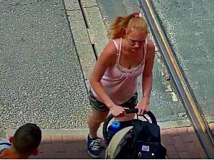 Policie hledá ženu s kočárkem a mladého muže. Mohli by objasnit krádež v centru Liberce