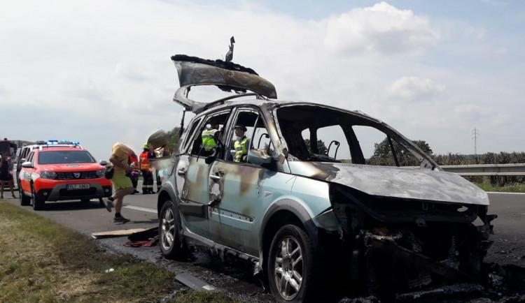 Na dálnici u Turnova shořelo auto. Popáleného člověka transportoval vrtulník do nemocnice