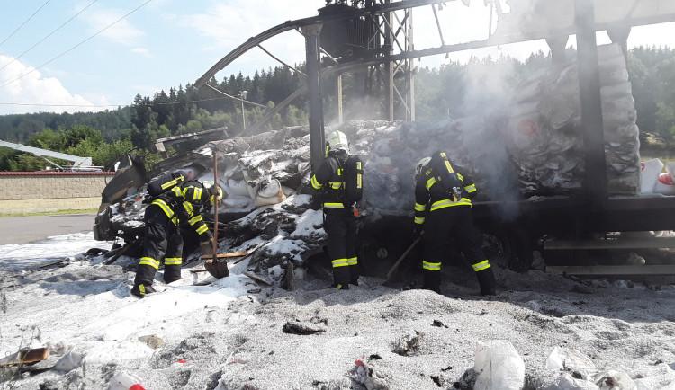 V Kunraticích u Novoplastu hořel kamion, zachytil se o trafostanici