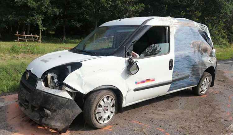 Kvůli motorkáři musela řidička strhnout řízení, auto sjelo do příkopu a převrátilo se přes střechu