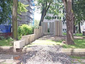 Pomník Adolfa Loose je zpět na svém místě. Univerzita na jeho obnovu vyhlásila sbírku