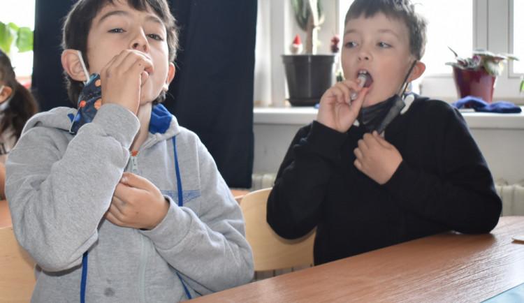 Žáky a učitele v Jablonci čeká v září znovu PCR testování ze slin