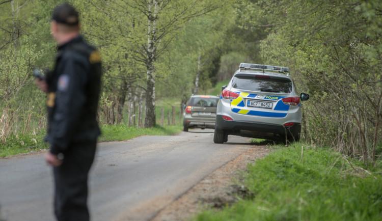 Motorkář skončil i se spolujezdkyní v příkopě. Mělo je ohrozit auto