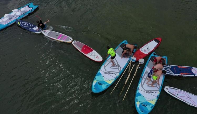 Plovoucí překážky a paddleboardy. Odvážlivce čekají v sobotu na přehradě vodní hrátky