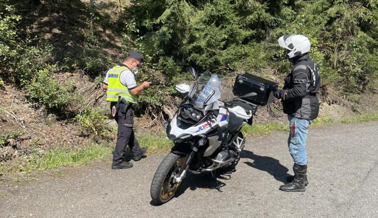 V železnobrodských zatáčkách číhali na motorkáře policisté. Zkontrolovali jich desítky