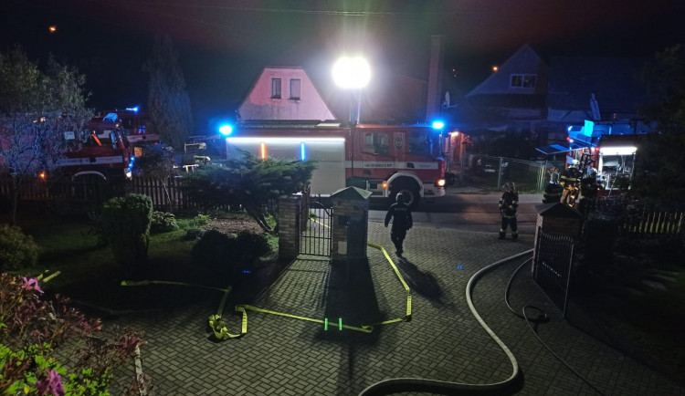 Při požáru rodinného domu v Raspenavě utrpěli zranění tři lidé