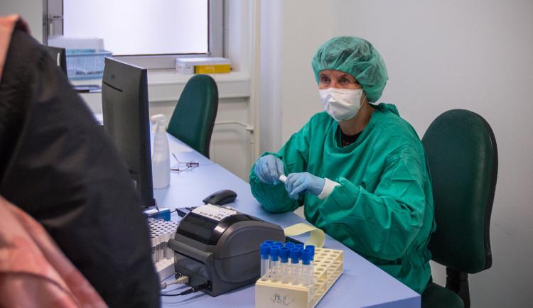 Šíření koronaviru v kraji stagnuje. Zájem o očkování klesá