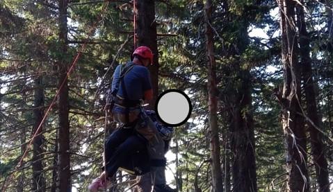 Horští záchranáři pomáhali paraglidistce v Krkonoších, spadla do korun stromů