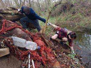 Dobrovolníci budou v sobotu na stovkách míst uklízet přírodu od odpadků