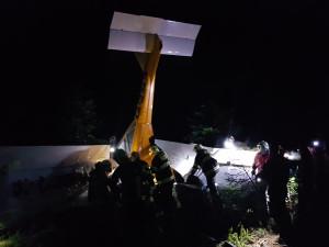 Pád ultralightu se dvěma lidmi na palubě. Oba pád přežili, záchranáři je transportovali do nemocnice