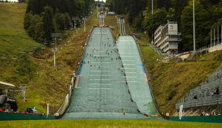 Pokořit strmý kopec se rozhodli i olympionici. Red Bull 400 přivítal Choupenitche i beachvolejbalové duo