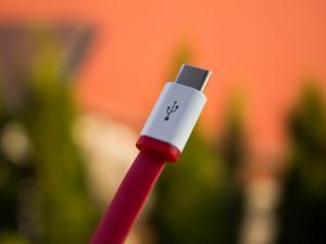 Na nabíjení mobilů bude stačit jedna nabíječka, říká EU. Sníží se objem elektrodpadu
