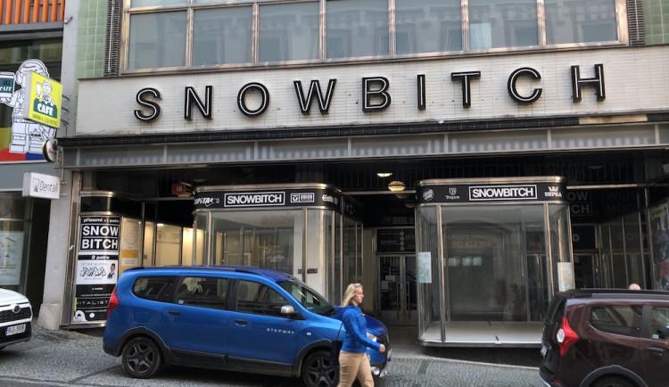 Úřad po čtyřech letech rozhodl, nápis Snowbitch musí zmizet. Jenže obchod už skončil