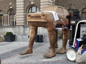 Před radnicí stojí trabant. Slavné umělecké dílo Davida Černého zůstane v Liberci rok