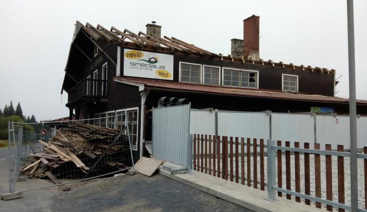 Bourání chaty na Smědavě. Na jejím místě vyroste wellness hotel