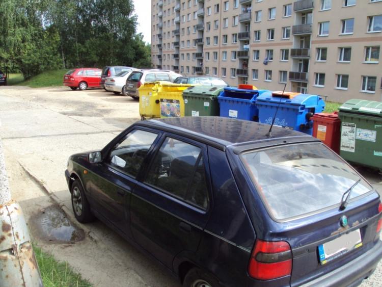 Třešňová a parkování mezi popelnicemi