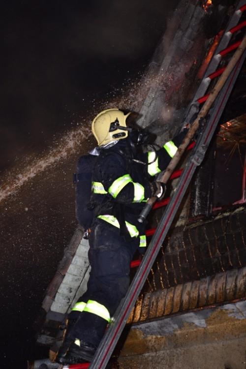 Požár v ulici Na Svahu. Foto: HZSLK/Tomáš Erban