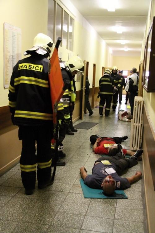 Na chodbách ležela těla studentů